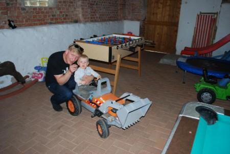 Traktor fahren in der Spielscheune