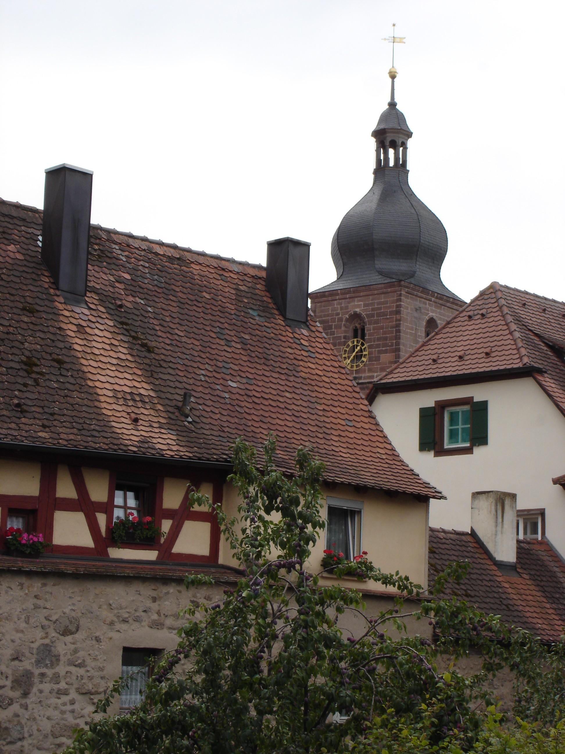 Stadtmauer mit Kirchturm von Merkendorf
