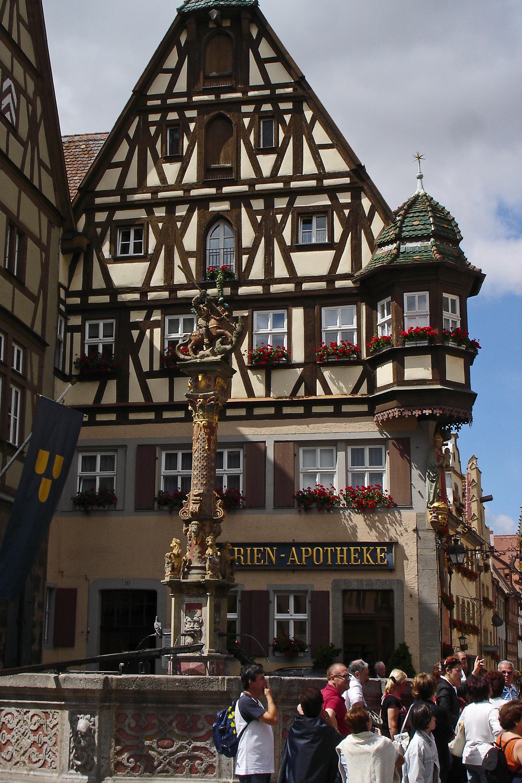 Marktbrunnen mit Apotheke