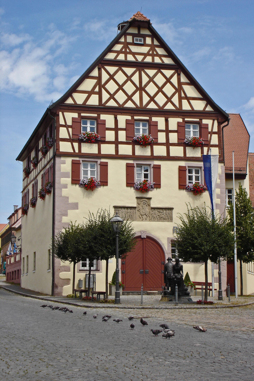Rathaus mit Marktplatz