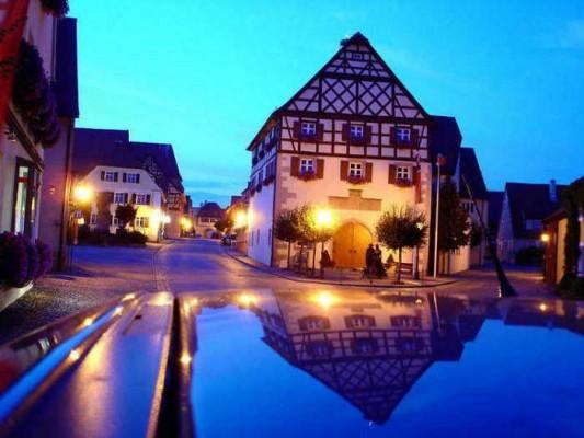 Rathaus von Merkendorf bei Nacht